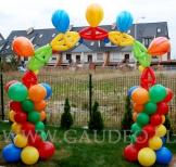 Kolorowa brama balonowa na imprezie dla dzieci.