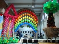 Kolorowa dekoracja balonowa na evencie z tematem Świat Bajek.