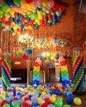 Kolorowa dekoracja balonowa na urodzinach dziecięcych.