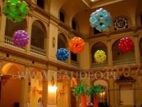 Kolorowa dekoracja balonowa z okazji sylwestra.