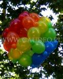 Kolorowa kula balonowa na dekoracji plenerowej.