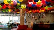 Kolorowe balony napełnione helem w siedzibie firmy.