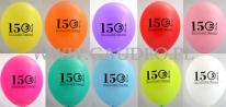Kolorowe balony z czarnym nadrukiem.