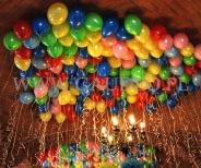 Kolorowe balony z helem jako dekoracja urodzinowa.