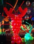 Krab zrobiony z balonów na imprezie z motywem podwodnego świata.