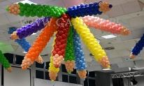 Balonowe kredki wykorzystane do dekoracji sali.