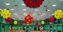 Kule balonowe dekorujące salę Cechowni na imprezę Barbórkową.