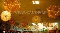 Podwieszone kule balonowe jako dekoracja sufitu na bal sylwestrowy.