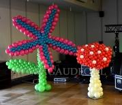 Balonowe rzeźby kwiatu i grzyba jako dekoracji na tematycznej imprezie firmowej z motywem - Alicja w Krainie Czarów.