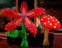Balonowy kwiat i grzyb na tematycznej imprezie.