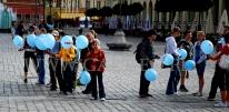 Przechodnie chętnie biorą balony na patyczkach.