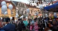 Balony z helem dla dzieci na Jarmarku Świątecznym.