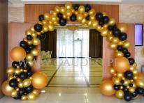 Organiczna brama balonowa w kolorze złoto-czarnym.