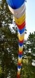 Balonowy łuk helowy na imprezie plenerowej.
