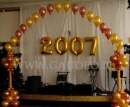 Łuk z balonów helowych jako dekoracja sylwestrowa.
