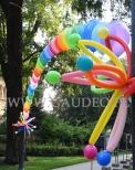 Balony z helem ułożone w łuk.