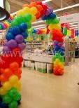 Brama balonowa na urodzinowej dekoracji sklepu.