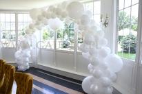 Organiczny łuk z balonów.