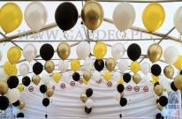 Balony z helem ułożone w łukach.