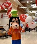 Balony z nadrukiem na patyczkach rozdawane przez maskotkę.