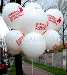 Metrowe balony helowe z nadrukiem czekają na rozdawanie.