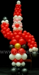 Mikołaj zrobiony z balonów.