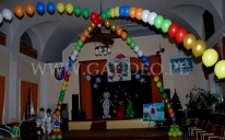 Mikołajkowa dekoracja balonowa na imprezie dziecięcej.