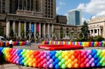 Balonowy płotek wygradzający teren imprezy przed PKiN w Warszawie.