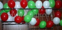 Nadmuchane balony po założeniu na patyczki czekają na rozdanie.