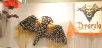 Nietoperz z balonów na imprezie w stylu Draculi.