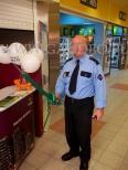 Ochroniarz z balonową szablą.