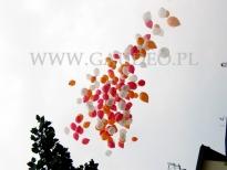 Odlatujące balony z helem.