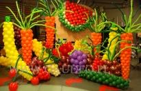 Owoce i warzywa z balonów na imprezie firmowej.
