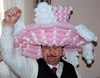 Pan w kapeluszu z balonów.