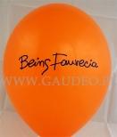 Pomarańczowy balon z granatowym nadrukiem.