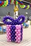 Balonowy prezent jako dekoracja w Auchan.