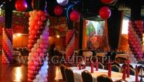 Przybranie kolumn balonami na imprezie w stylu disco.