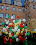 Puszczanie balonów helowych na zamkowym dziedzińcu.