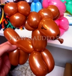 Renifer skręcony z balonów.