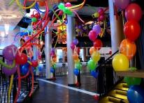 Restauracja udekorowana przy użyciu balonów helowych.