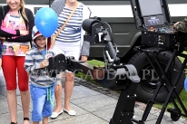 Wojskowy robot rozdaje balony reklamowe.