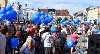 Balony z helem rozdawane na Rynku w Rybniku.