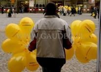 Rozdawanie balonów na patyczkach we Wrocławiu.