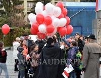 Patriotyczne balony helowe w czasie rozdawania.