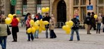 Rozdawanie balonów na patyczkach z nadrukowanym logo z okazji dnia życzliwości.