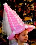 Różowo biały kapelusz z balonów.