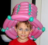 Różowy kapelusz z balonów.