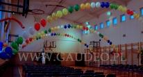 Sala szkolna udekorowana balonami na spotkanie Mikołaja.