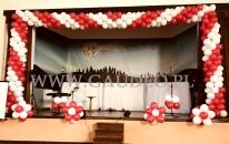Biało-czerwone dekoracje sceny na patriotyczną akademię.