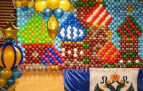 Ściana balonowa z cerkiewnymi kopułami na evencie firmowym w stylu Carskiej Rosji.